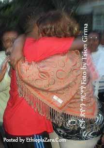 Teddy Afro hugging his mother ቴዲ ልክ እቤቱ ሲገባና ከእናቱ ጋር ሲተቃቀፍ