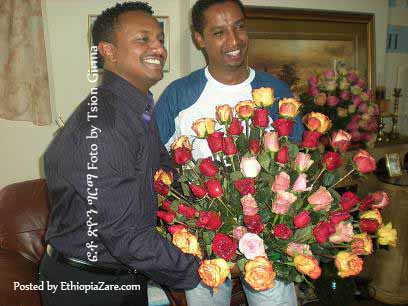 Teddy Afro with Amanuel Yelma, music composser ከሙዚቃ አቀናባሪው አማኑኤል ይልማ እጅ አበባ ሲቀበል